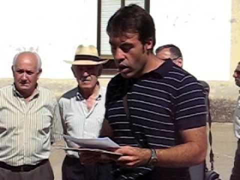 Alberto Flecha lee texto en asturleonés en homenaje a Caitanu Bardón