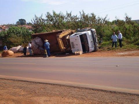 Acidente e o Destombamento Do Caminhão Usando Uma Retro Escavadeira