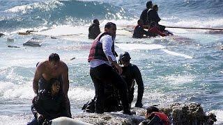 بالفيديو.. مشاهد عصيبة لمهاجرين غير شرعيين يحاولون النجاة من غرق سفينتهم اليوم