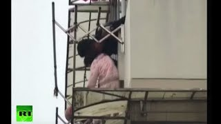 People save toddler trapped on awning in China - RUSSIATODAY
