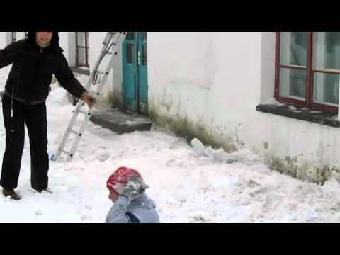 Как эстонцы убирают снег с крыши
