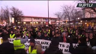 French protesters march in solidarity with 'Yellow Vest' who lost his hand - RUSSIATODAY
