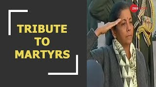 Defence minister Nirmala Sitharaman pays tribute to martyrs at India Gate - ZEENEWS