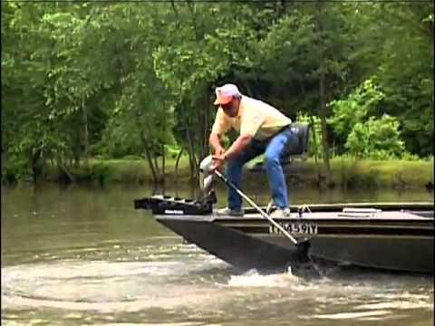 видео про рыбака на лодке упал
