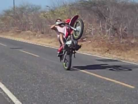 empinando moto Juan Cross