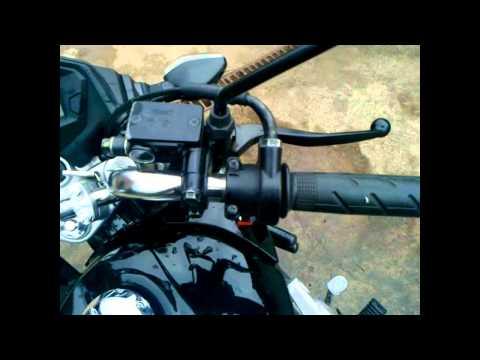como empinar moto