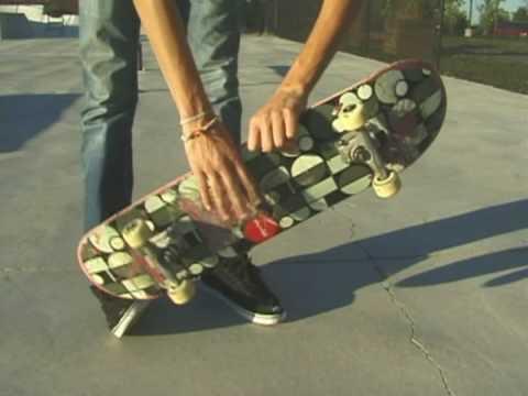 Cómo hacer trucos en patineta : Cómo hacer una vuelta con pateo y variación corporal en patineta
