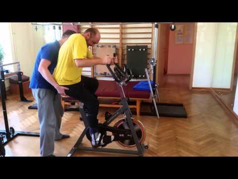 Dariusz Fidyka podczas ćwiczeń na specjalnym rowerze.