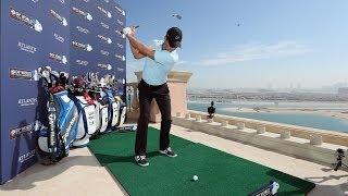 """بالفيديو : لعبة غولف من الطابق 22 من فندق دبي """" أطلنطس """" إلى جزيرة خضراء طافية أمامه !!"""