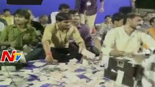 Currency Rain on Hardik Patel at Surat