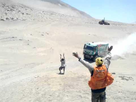 Espectacular cuasi choque de camiones en el Dakar 2012 en Dpto. Arequipa, Perú.
