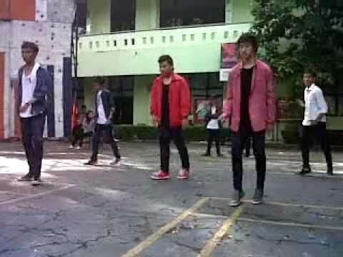 Tedium Of Shuffle at SMA 1 Jakarta (Boedoet) .3GP