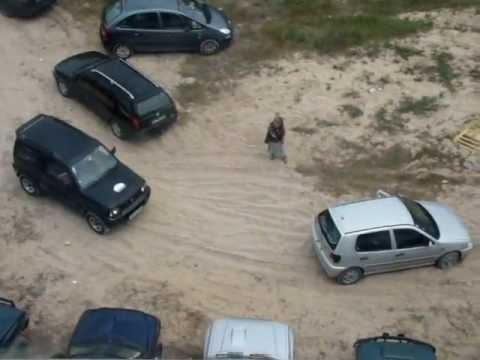 Carros atolados na areia na Nazaré