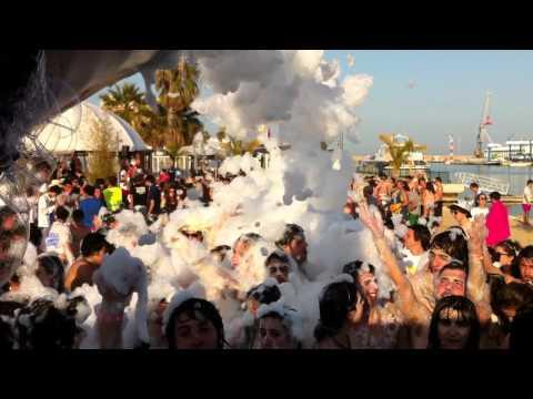 Fiesta de la espuma en la playa de Gandia. Get out to Gandia