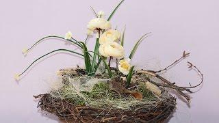 Весенняя композиция с первоцветами на березовых ветках и мхе