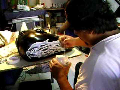 Lucho Huiscalen,pintando un tanque de moto.