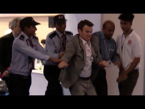 Materiał filmowy przedstawiający usunięcie siłą amerykańskiego dziennikarza z konferencji WHO w Nowym Delhi