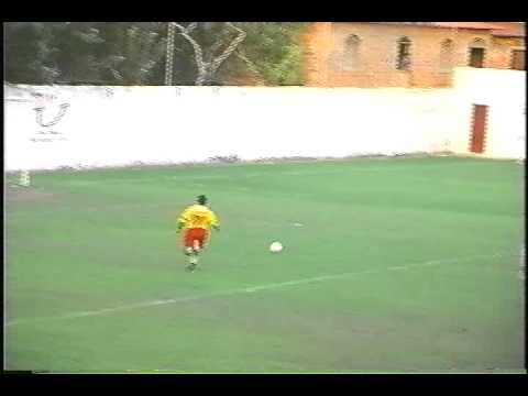 Perna de Pau - O jogador Macaca perdendo gol