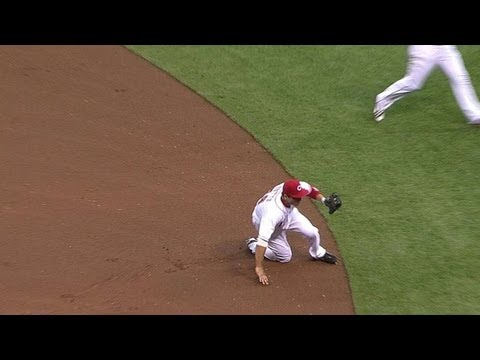 Votto slides to smother Walker's bouncer