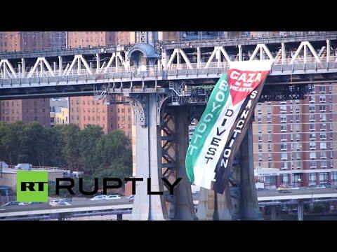 Cuelgan una bandera Palestina gigante del puente de Manhattan