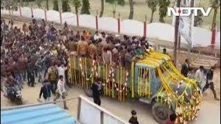 पुलवामा अटैकः उन्नाव के शहीद को श्रद्धांजलि देने उमड़ी भीड़, निकली 15 किमी लंबी शवयात्रा - NDTVINDIA