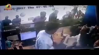 TDP MP JC Diwakar Reddy Creates Ruckus At Vizag Airport | Mango News - MANGONEWS