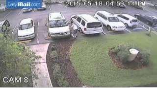 بالفيديو: ثمانيني يثقب عجلات سيارة امرأة لاحتلالها مقعده بصالة للألعاب