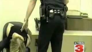 Amerikai rendőr elintézte a szőke nőt