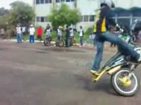 Empinando moto Gabirú(Paragominas).3gp