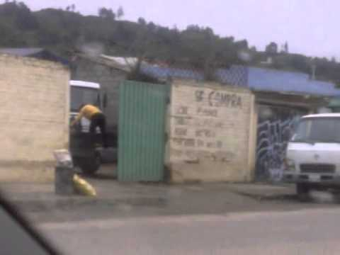 Funcionarios Municipio de Loja vendiendo chatarra en carro municipal 20/03/2012  1era. parte