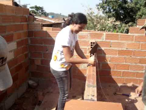 Assentando tijolo
