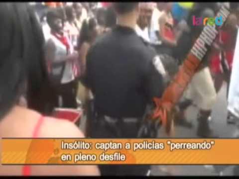 Captan a policías 'perreando' en desfile