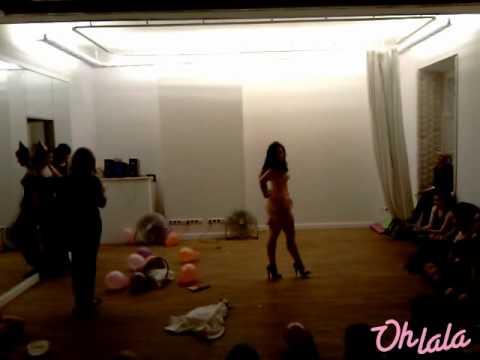 Betty Q podczas występu w szkole Oh La La