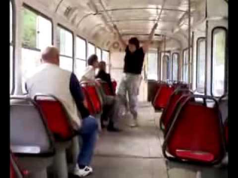 Женщина — кондуктор избивает пассажира