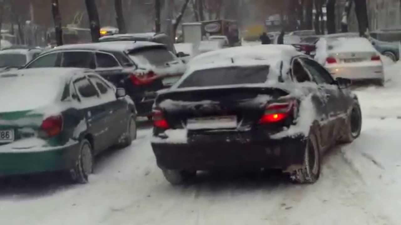 Șoferi iresponsabili blochează traficul și trotuarele