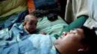 親父のいびきにびっくりする赤ちゃん。地震があったかのようなリアクションかわいい