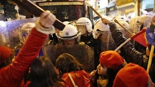 Girls vs Cops: Violent clashes erupt at Intl Women's Day march in Turkey - RUSSIATODAY