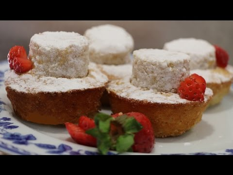 Mini tartas de almendra rellenas de fresas naturales. Mini cakes