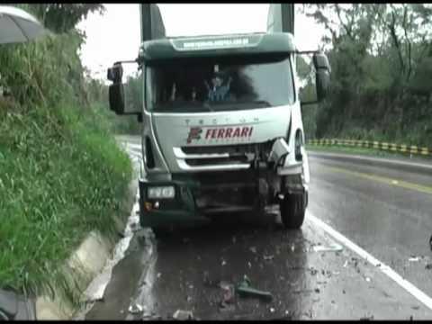 Acidente grave proximo a iretama auto x caminhão