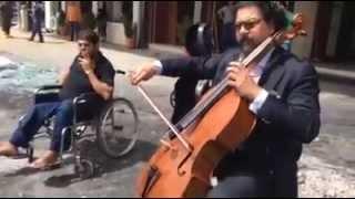 """موسيقار عراقي يعزف """"لحن الحياة"""" في موقع تفجير إرهابي"""