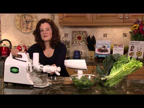 Raw Food Breakfast: Super Green Juice--An Energizing, Cleansing Raw Food Recipe