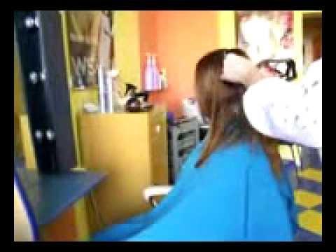 Mia u fryzjera - fryzura w stylu scene/emo.