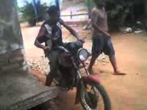 Aprendendo a andar de moto com um bebado