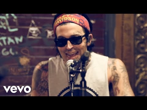 """Yelawolf - Yelawolf Performs An Acoustic Version of """"Till It's Gone"""" With Travis Barker, Bones Owens & DJ Klever"""