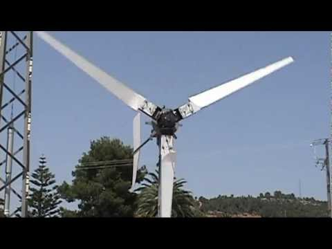 GENERADOR EOLICO TRIPALA DE PASO VARIABLE CONTROLADO POR MOTOR  -variable pitch wind turbine VIDEO 3