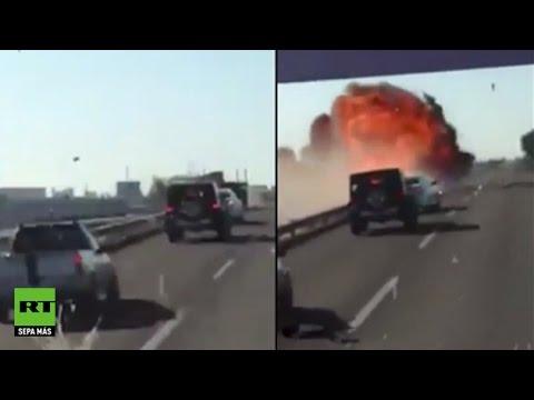 Un camión choca contra un tren y causa una terrible explosión en México