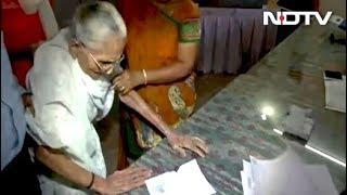 पीएम मोदी की मां ने डाला वोट - NDTVINDIA