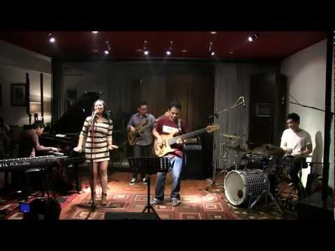 Indro Hardjodikoro The Fingers ft Dira Sugandi - Janger @ Mostly Jazz 21/01/12 [HD]