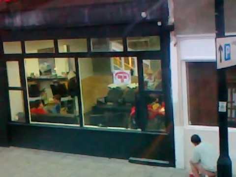 Film prezentujący wizytę dziecka u fryzjera.