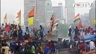 मुंबई में गणपति विसर्जन के दौरान जब समुद्र में पलट गई नाव - NDTVINDIA
